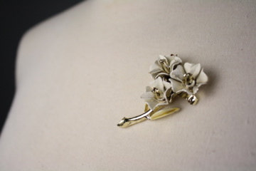 Vintage 1960s White and Gold Floral Brooch 1960s