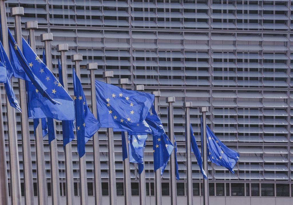 Relatório da UE aconselha que criptomoedas não sejam ignoradas ou proibidas por reguladores