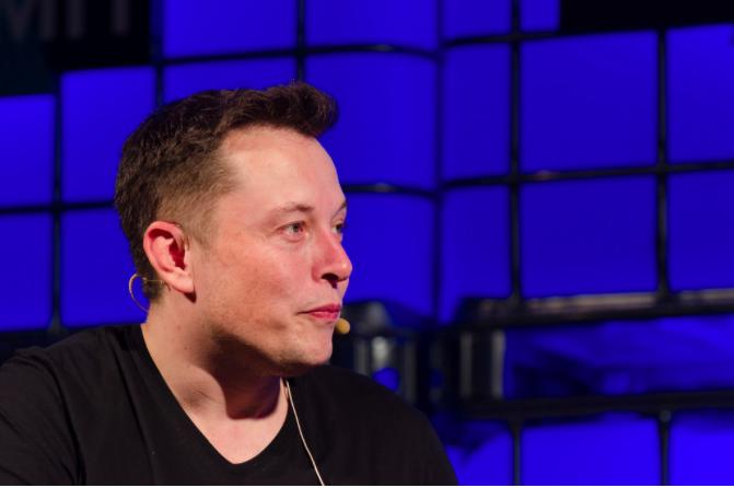 """Golpistas """"disfarçados"""" de Elon Musk roubam quase US$ 170 mil em criptomoedas no Twitter"""