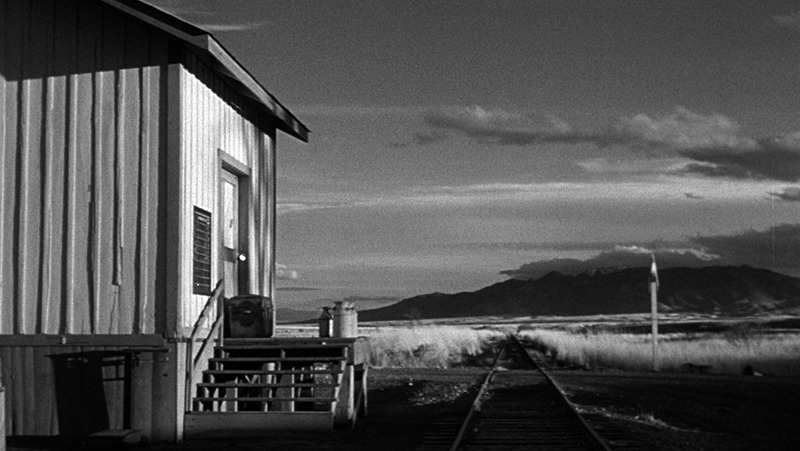 310 to yuma essay James mangold's film, 3:10 to yuma, is a remake of a classic 1957 movie starring van heflin and glenn ford much has changed in 50 years the original movie portrays the outlaw band as ruthless killers, the authorities hunting them as cowards, and the lone farmer as a brave man striving to.