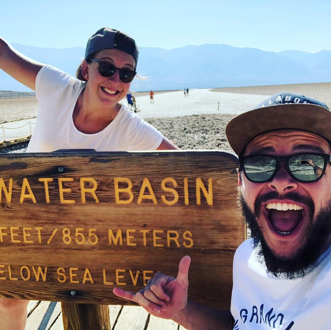 🇫🇷 Ne buvez pas la tasse ! Ne manquez pas de vous arrêtez à Badwater Salt Flats ! Vous serez 85 m sous le niveau de la mer… 🐳 Et les pieds au sec ! ♿️ Retrouvez les infos d'accessibilité de toutes nos bonnes adresses sur jaccede.com . 〰️ 🇬🇧 Somewhere below the sea 🎶 Make a stop at Badwater Salt Flats! You'll be 282ft under sea level… 🐳 Without getting wet! ♿️ Find all the accessibility info of the visited places on jaccede.com . . #underthesea #deathvalley #nps #california #nationalpark #adventures #travelblogger #travel #travelphotography #travelgram #selfie #tourdumonde #worldtour #handicap #handitravel #wheelchair #instatravel #nationalparks #accessibility #wheeledworld