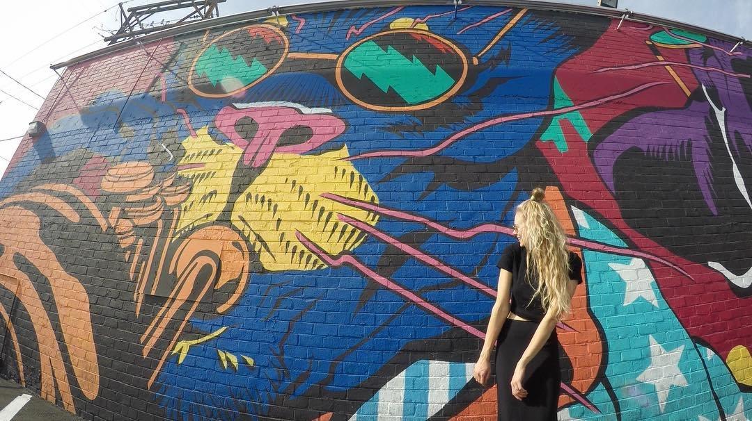 cool cat⚡️ • pc: brett_boldbuck • • • • • #roamingwomen #womentravel #travelnevada #dtlv #justkidsofficial #lasvegas #sheisnotlost #devacurl #explorenevada #fremonteast #homemeansnevada #bicicletasemfreio