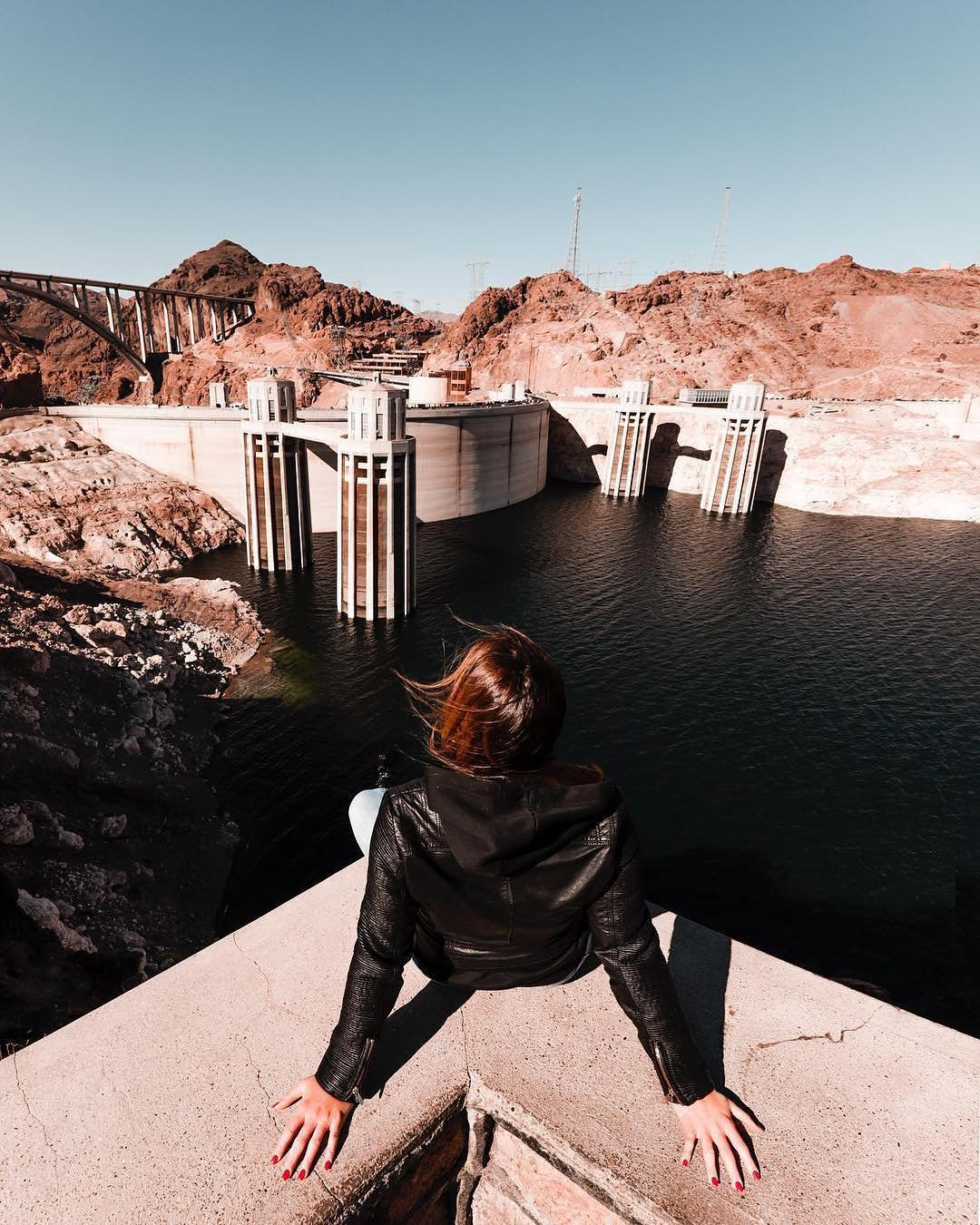 Dam, this is high up! andreazando lives life on the edge of Nevada's #HooverDam — one of the greatest engineering achievements in human history. #VisitTheUSA