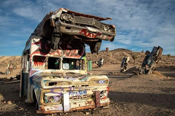 Why we like #Nevada ? Nevada is full of great landscapes, you can enjoy hot springs, #discover ghost towns and cool #art. Like the international car forest next to #Goldfield, where you can stroll around between dozens of car wrecks painted with #graffiti. . #overland #overlanding #usa #travelnevada #travelblogger #travel #instatraveling #travelblogger #traveldiaries #roadtrip #vanlife