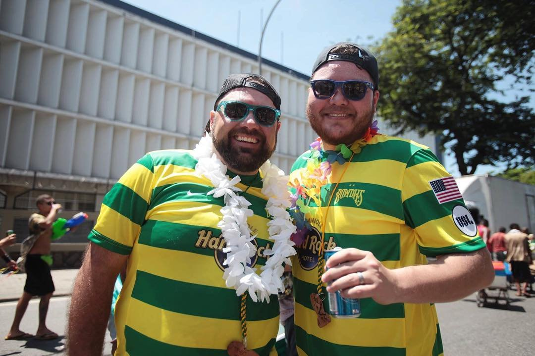 Erwin et Ken Tampa Bay Rowdies (USA) . . « Nous supportons les Tampa Bay Rowdies des Etats-Unis d'Amérique, c'est notre ville et notre club de soccer. Nous sommes fiers d'afficher nos couleurs pendant le carnaval de Rio ! » . . « We support Tampa Bay Rowdies from the United States of America, this is our city and our soccer club. We are proud to display our colors during the Rio Carnival ! » . . « Nós apoiamos o Tampa Bay Rowdies dos Estados Unidos da América, é a nossa cidade e nosso clube de futebol. Estamos orgulhosos de exibir nossas cores durante o Carnaval do Rio ! » . .  #unitedcolorsoffootball  #tampabayrowdies #footballshirt #futebol #rowdies #hardrocktampa #usl #footballlife #boitolo #football #usa #COYR #rowdies #rowdiessoccer #tampa #liveamplified #soccer #mls #petethepelican #soccerfan #riodejaneiro #supportyourlocalteam #gorowdies #ultras #florida