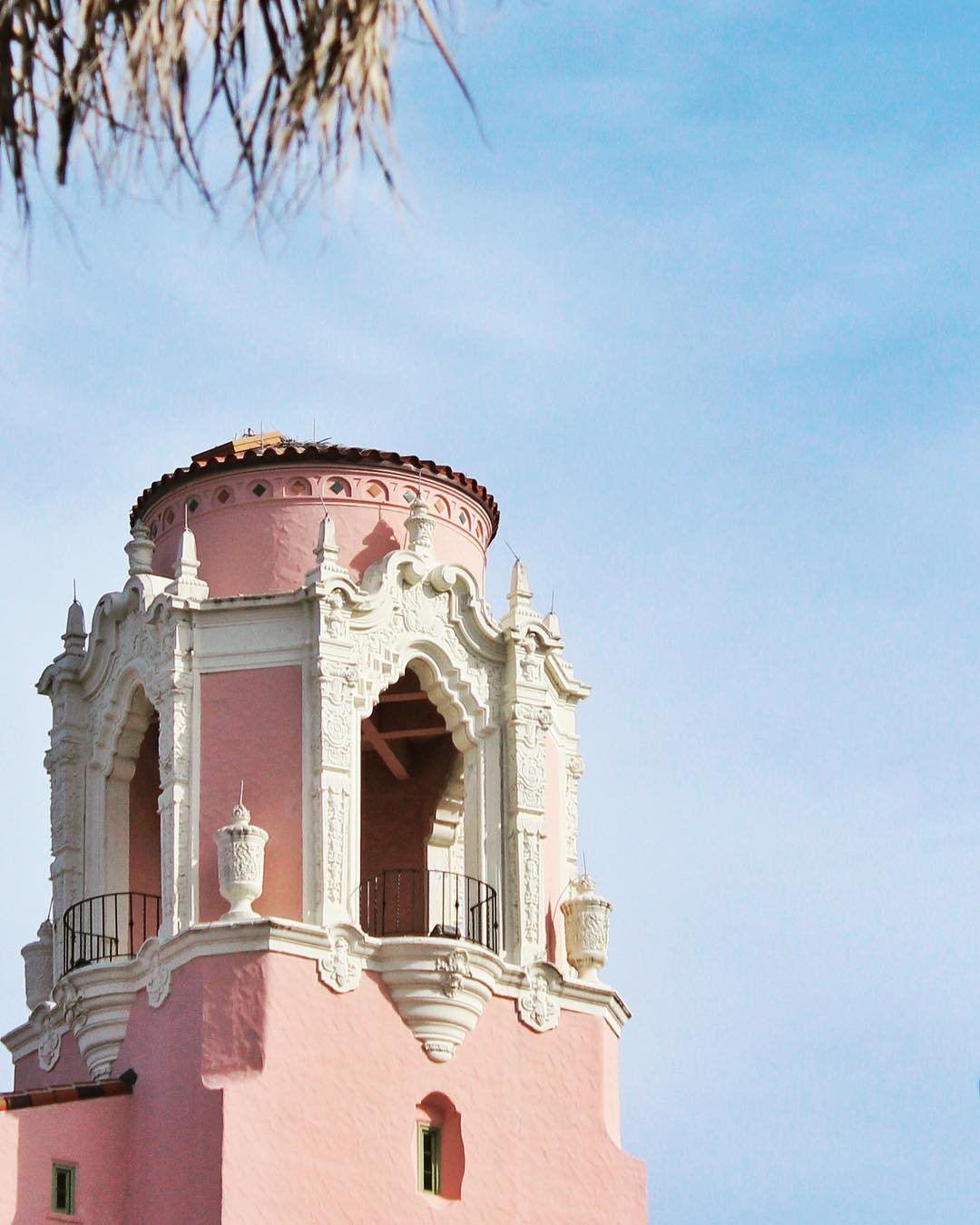 Pink  #vinoy #stpetersburgflorida #stpete #igersstpete #florida #roamflorida #pureflorida #staysaltyflorida #architecture #architecturephotography #pink #tower #minimalexperience #candyminimal