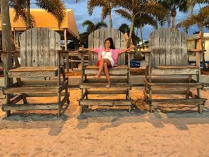 Вот о таком освещении я писала )) Креслице прям по размеру для #sunsetTV 😍 Пляжи западного побережья, к удивлению, гораздо холоднее восточного, а ещё грязноватые 😒 это вообще был #ЭпикФэйл, НО эта атмосфера не сравнится с Майами! Вы смотрели американское фильмы, где люди останавливаются в придорожных Inn'ах (я сейчас не про ужасы и триллеры))? Где старички ходят в джинсиках левайс и футболочках и громко, прям так по-американски хохочут? Где вдоль дороги пруд пруди всяких забегаловок? Где люди улыбчивы и приветливы? Где играет музычка под все ваши действия словно саундтрек? Так вот это правда! Приезжайте за этим ощущением сюда, эти люди с вами безвозмездно поделятся незаменимым жизненным позитивом и радостью. #Америка #США #СанктПетербург #СантПетербург #Флорида #USA #FL #Florida #StPetersburg #StPetersburgFL #StPetersburgFlorida #StPeteBeach #sunset #nofilters