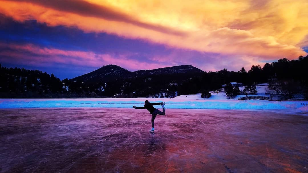 Cool sunset the other night on the lake while we were playing hockey with Kristin's little cousin 🌌 #colorado #sunset #sun #lake #mountains #mountainlife #naturelovers #optoutside #hockey #ice #skating #iceskating #skate #exploremore #clouds #cloudporn