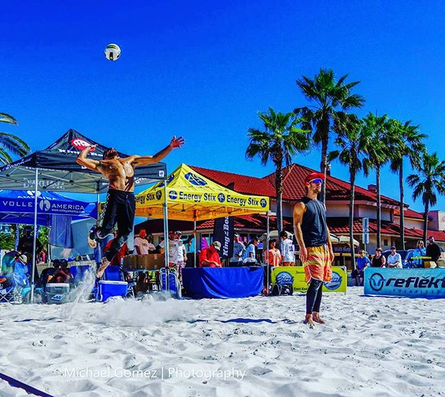 When your partner is doing the hard work and all you gotta do is chill in the backcourt #beachvolleyball #volleyball #jumpserve #chilling #florida #clearwater #eevb #michaelgomezphotography