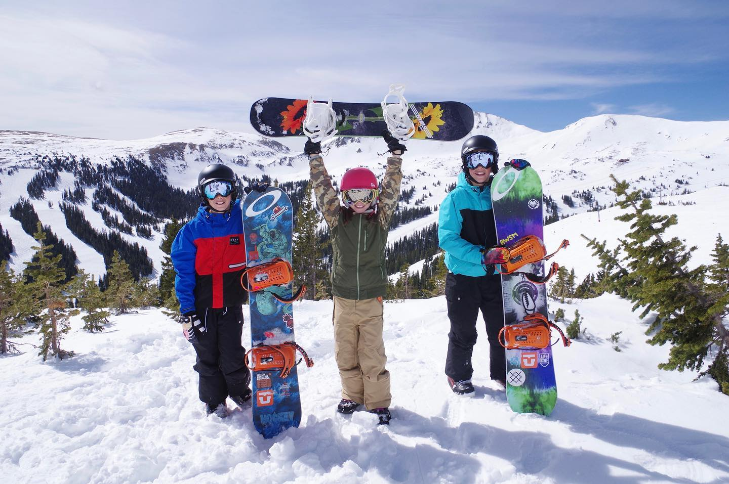 HEY PARENTS! Do you want your kids to ski FREE this season? How about joining them with our extremely affordable GEMS Card (only $30!)?! Follow the link in our bio for details.  #KidsSkiFree #GEMSCard #SkiCountry #AMountainForEveryone #Colorado #GoSki #GetOutside 📸: Dustin Schaeffer. Loveland Ski Area