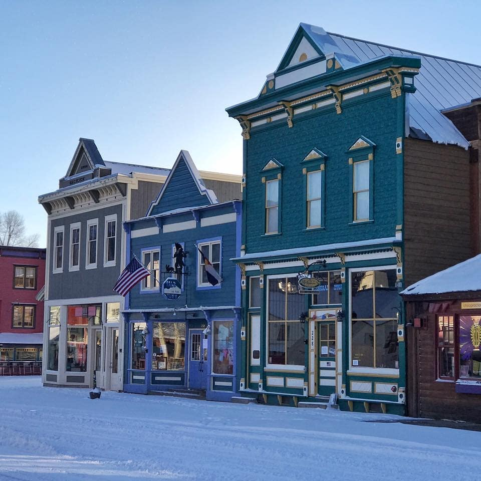 In love avec les façades colorées d'#elkavenue à Crested Butte 💙 travelcrestedbutte  #maisoncoloree #crestedbutte #colourful #charming #coloradotown #coloradolive #visitcolorado #coloradofr #viewcolorado #colorado #usa #ouestamericain #voyage #travel #vacances #découverte #roadtrip #grandsespaces #aventure #rocheuses #pleinair #outdoor #montagnes #colorfulcolorado #facades