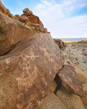 Land of rock and story. What does it mean? • • • • • • • • • • #petroglyphs #pictograph #rockart #prehistoric #prehistoricart #ancientart #ancientartarchive #nevada #southernnevada #spiritmountain #laughlin #mojave #mojavedesert #native #indigenous #indigenousart #desert #travelnevada #hikingadventures #coloradoriver #igsouthwest #weliveelevated #stayandwander #keepitwild #wildernessculture #publiclands