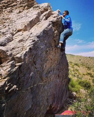 Jessie getting another FA. Just out exploring and putting up new problems yesterday in the Spring Mountain Wilderness.  #climbing #bouldering #southernnevada #explorenevada