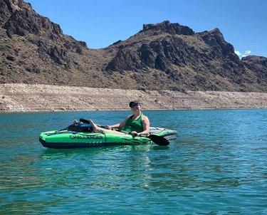 💚✌💙 . . . #lakemead #nevada #optoutside #wanderlust #outdooradventurephotos #explore #explorenevada #watersport #kayaking