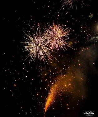 Fireworks lit up the sky last night  #fireworks #photography #elizabethbakerphotography #fireworks💥 #fireworkshow #fireworkphotography #fireworkphoto #nightsky #night #canon #canoncamera #camera #fountainfireworks #phantomfireworks #nevada #pahrumpnevada #pahrump