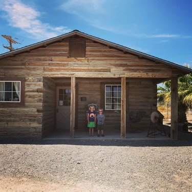 Part 1 of the adorable Pahrump Valley Museum.  The highlight, obviously, the mineral and gems collection! #funinthedesertsun #museumday #pahrump #pahrumpvalleymuseum #adventuresofmargotandmatthijs