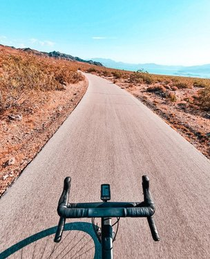 One of the most underrated parts of cycling in Las Vegas is the River Moutain Loop via Boulder City, Lake Mead, and Lake Las Vegas. From where we live, the whole loop is roughly 85km/52mi with 1,000m/3,200ft of climbing. ⁠ ⁠ Along the way, you'll be rewarded with some of the most spectacular views including the one from this photo which is part of a long descent towards Lake Mead from Boulder City. ⁠ ⁠ If you want to do this route, be very aware of the weather! It's so hot right now that we're worried we might not get to enjoy this view until the Fall starts. Ever in town? Hit us up to ride! As we're working on a big list of places that we want to ride, let us know what the best views from your favorite ride are!⁠ -⁠ -⁠ -⁠ -⁠ -⁠ -⁠ #nevernotriding #roadcycling #behindhandlebars #outsideisfree #shutuplegs #cyclinglifestyle #whereiride⁠ #cyclingpassion #iamspecialized #ilovecycling #rideyourbike #vegas #insearchofup #beautyofcycling #wymtm #cyclingexplorers #cycling #canyongrail #womenscycling #fromwhereiride #fietsen #ciclismo #cyclingaddiction #renradkultur #nevergiveup #lifebehindbars #mycanyon #specializedwmn #cyclingart #goneriding