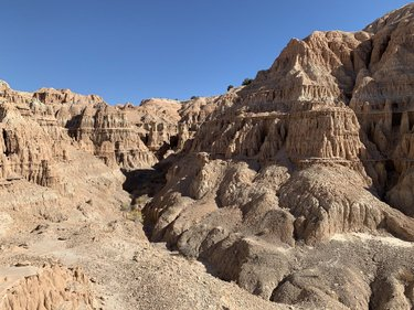 Cathedral Gorge: ✅. 15/22 @NVStateParks in the books. Some kind of majestic! And lots of great hiking. Might be my new favorite. ❤️ @TravelNevada #SteveInParks #BattleBorn #NVLeg #HomeMeanaNevada https://t.co/TsdxFl9Lvo