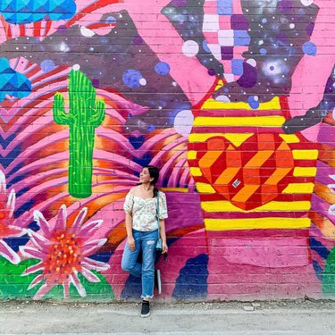 Checking out the alleyways of the arts district in Las Vegas! The art is so vibrant, so unique, so thought provoking! Also, an area that is less traveled by tourists 😆 social distancing! #artsdistrictlv #lv #lasvegas #summer #heatwave #pandemiclife #travelblog #travelblogger #traveler #travelguide #lasvegasstrip #oldlasvegas #artsdistrict #alleyway #alleywayart #fun #labordayweekend #explorelasvegas #thingstodoinlasvegas #lasvegasbucketlist #travelgram #murals #lvmurals #lasvegasmurals #graffiti #graffitiart #doitforthegram #adorkableadventures