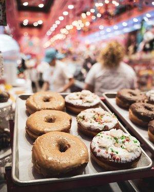 Les Donuts d'Homer Simpson 🍩 La pâtisserie que j'ai mangé tout au long du voyage, c'est bien évidement les donuts ! C'est le symbole des states, qu'est ce qui est plus calorique qu'un donuts ? Un Macdo ? Ahah  En tout cas on en trouve partout et ça c'est vraiment cool ! Sur les bases d'un road trip tu démarre la journée en faisant le plein et à la station service tu prends, un donuts et un americano et tu dévale la Route 66 ! Ahah cliché ? Je ne crois pas ! Ça c'est vraiment passé comme ça ^^ Les photos de la Route 66 arriveront plus tard, stay connected 😉 Ça te donne envie d'en manger à toi aussi ? 🍩🍩🍩 • • • • #lasvegas #vegas #roadtrip #donuts #roadtripusa #sonyalpha #sonya7iii #sonyphotography #frenchblogger #frenchphotographer #brunomaltor #travel #travelphotography #vagabondiary #artofinstagram #artofvisuals #visualambassadors #visualgrams #tamron2875 #jonatbounceday #usa #usatravel #vegas #frenchsweetmag hyundaiusa advantage_rent_a_car lasvegas vegas travelnevada visitusa usa_travelers sonyalpha sonyimages sonyalphafrance americanair #light #streetphotography #streetart #lightroom #casino #thestrip lightroom artofvisuals visualambassadors visualsforfrench dunkindonuts_usa