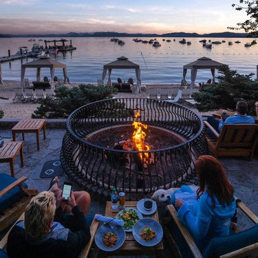 Fireside dining with a view at @loneeaglegrille 🍷 @everchanginghorizon