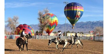 Balloons and broncos! The Pahrump Balloon Festival, Feb. 21-23, also includes a rodeo. Because Nevada! Details on the event here: https://t.co/cyw0mqNme5  #NVTourism @visitpahrump https://t.co/6TCfmhlBV5