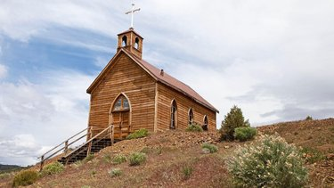 How do you steal ... a church? In the 1860s, many prospectors left Belmont to move to Manhattan and didn't want to leave their church behind. They rolled the entire building on timbers overnight for 17 miles to its new home. The remaining Belmont residents were angered, but according to our friends travelnevada, here's the weird part ... it's still a sore spot for some residents. Nothing like a 160-year feud between towns! #NevadaSilverTrails #NST #weirdnevada #explorenevada (📷: sydneymmartinez/travelnevada)