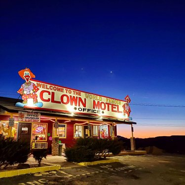 If you don't suffer from coulrophobia (fear of clowns), The Clown Motel in Tonopah is taking reservations🤡 With a collection of more than 600 clown figures, this place is creepy, but cool.  But, I'm not checking in 👀. Oh, and the Old Tonopah Cemetery is 20 feet away🙈 . Sunday Drive north on Highway 95, part 2🚙 . #TheClownMotel #Tonopah #coulrophobia #HomeMeansNevada #TravelNevada #wandermore #exploremore #roadtrip #Highway95  #clowns  #SavorSinCity