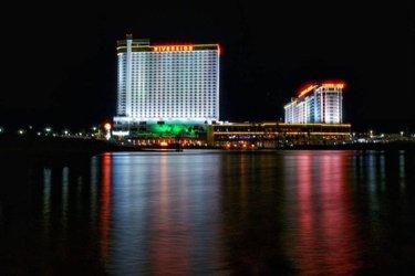 📷 photo by @knotta_cop_  ・・・ Riverside   #longexposurephotography #longexposure #nightphotography #photography #casino #riversidecasinolaughlin #streetphotography #photography #reflection #reflectionphotography  #laughlin #laughlinnv