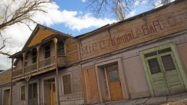 The ghost town of Paradise Valley is a photographer's dream. Just 50 miles north of present-day Winnemucca lies this stunning, panoramic valley filled with unique, ghost-towny buildings. . . . . . . . . . #DFMI #TravelNevada #NVGhostTown #NVAdventure #NV #GhostTown #NVRoadTrip #RoadTripSeason