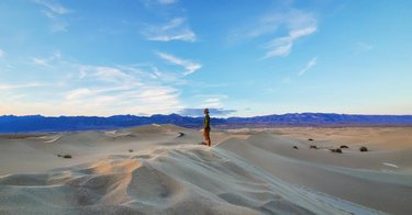Mesquite Flat Sand Dunes hike to the sunset in Death Valley  #travelnevada #adventurenthusiasts #deathvalley #sanddunes #mesquiteflatsanddunes #goout #adventurer #沙漠 #🏜️ #砂丘 #letscamp #小众探路报告  westcomb