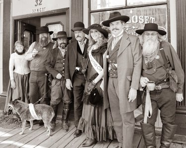 Miss Virginia City, Miss Tick and several important figures of historic Virginia City are ready to welcome you. Are you ready to step back in time? virginiacity missnvvirginiacity bnbtickdog cindy.longoria.5 travelnevada #oldwest #stepbackintime #virginiacity #historic #vintagefashion #pictureoftheday #photography #femalephotographer #eventphotography #captureit #love