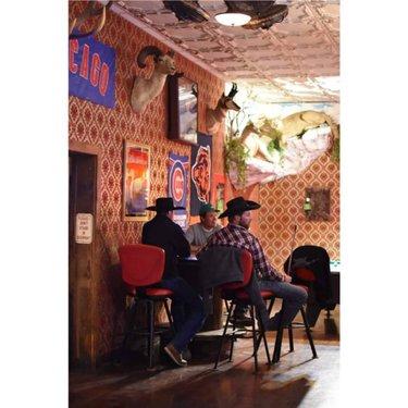 Les vrais cowboys, Coors en main, passent leur soirée au saloon après une journée au ranch. Ce sont les mythes vivants de l'Amérique, beaux et intouchables. #voyage #travel #usa #unitedstates #pioche #piochenevada #nevada #travelnevada #nightphoto #overlandhotel #hotel #saloon #bar #cowboy #instagood #instatravel #igtravel #people #photography #roadtrip #picoftheday #enroute #nikond3400