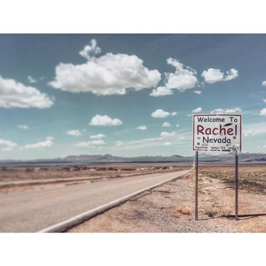 🛸🛸🛸 Welcome to Rachel, Nevada. Population: Human: Yes / Alien: ?? 🛸🛸🛸 #rachelNv #rachelnevada #extraterrestrialHighway #EThighway #area51 #ufozone #ufo #ovni #nevada375 #highway375