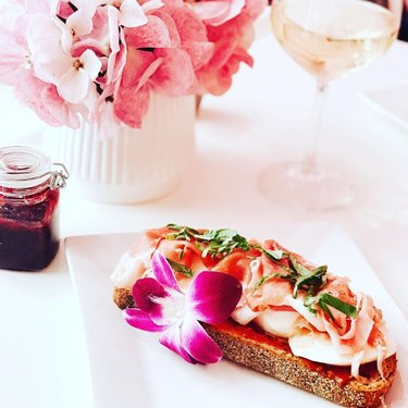 Burrata-Prosciutto Toast with a nice glass of wine 😋🌸#brunch#burratalovers#wine#lifeisbeautiful#mrscocollv💓
