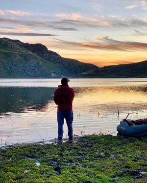 Fly Fishin' in #KnottCreek 🎣 . Lew out there living his best life!😉🙌🏼 . . . . . . #howtonevada#naturalnevada#dfmi#nevadaexplored#NorthernNevada#HomeMeansNevada#ExploreNevada#TravelNevada#Camping#weekendgetaway#fishing#hiking#rockclimbing#flyfishing