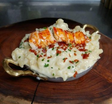 Craving something cheesy and decadent? Make your reservations now for Gordon Ramsay Hell's Kitchen and treat yourself to some baked macaroni & cheese with smoked gouda, crispy prosciutto, topped off with butter poached lobster! 🦞 #FoodieFriday