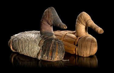 Did you know the oldest duck decoys in the world hail from Lovelock Cave, Nevada? These tule reed decoys, embellished with feathers, date back more than 2,000 years.  #GreatBasin #NativeArt #IndigenousArt #Tule #NevadaArt #duckdecoys   https://www.reviewjournal.com/news/oldest-duck-decoys-anywhere-found-in-lovelock-cave/