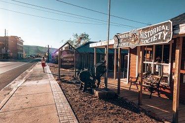 Sur la route 95, direction la Death Valley petit arrêt par l'une des villes endormies de la ruée vers l'or, Goldfield.  #nevada #roadtrip #usa #usatravel #lovetotravel #travelphotography #travel #travelgram #voyage #voyageursdumonde #travelblogger #blogger #westcoast #ouestamericain #visitnevada #gtllove #girlstrip #girlstravel #usaroadtrip #goldfield #goshtown