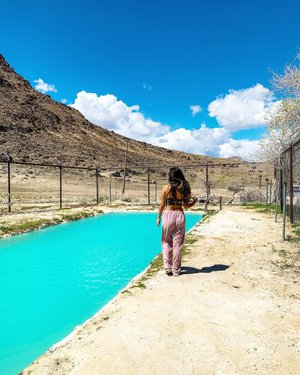 This may look like a pool but it is not!, it's actually a HOT SPRING and the water IT IS THAT BLUE.. happy earth day everybody, let's make sure we do something to protect it everyday 🌍 💕 . . #earth #earthday #bucketlist #beauty #beautiful #breathtaking #view #naturelovers #naturegeography #thegreatoutdoors #outdoors #wildlife #landscapephotography #sky #skyporn #nevada #traveller #traveldiaries #adventurer #viajar #wanderer #travelingram #f4f #babe #latina #roadtrip #amazing #photooftheday #instatravelling #trip