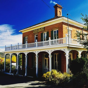 Stop #8 on our Virtual Road Trip is the Mackay Mansion in Virginia City, Nevada! Get a feel for an Old West mining town at one of the only original structures to survive an 1875 fire. Ever wonder here the Hearst family got their money? Click the link in bio to learn more and follow us as we map the connections to our next stop. Let's go! 🚘