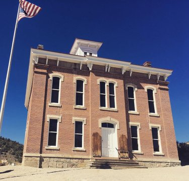 I wouldn't say the Belmont Court House (former county seat of ante County) is in the middle of nowhere, but it's only about 3 miles from being there. #nevada #belmont #travelnevada #courthouse #nye #nyecounty #nv #countyseat #history #ghosttown #old #court #house #brick
