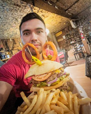 If you know me at all then you know I have a bottomless pit for a stomach, so when I heard there was a food challenge at the end of my trip on Nevada's Route 50, I knew what I had to do; One 3+ lb burger, around 2lbs of fries, and 5000 calories in a single sitting. 🙌🤷🏻♂️ 3rd pic shows a