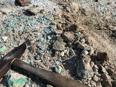 This awesome hot springs area near Fallon produces gorgeous malachite, azurite, and turquoise. Hot springs are associated with many types of mineral veins. #rockhounding #rockhoundingnevada #nevadarockhound #homemeansnevada #overlanding #travelnevada #explorenevada #renotahoe #desert #highdesert #geology #greatbasin #hiking #roadtrip #hotsprings