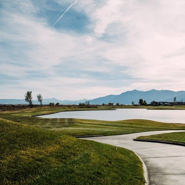 #throwback to October when the grass was lush and snow was only on the mountains. 🌨️ 📷: katestapletonphoto • • • • #PlaySunridge #SunridgeGolf PlaySunridge #NevadaGolf #VisitCarsonCity #SierraGolf #RenoSparks #DFMI #RenoIsRad #ExploreNevada #WinterGolf #Golf #InstaGolf #CarsonCity #RenoTahoe #TravelNevada
