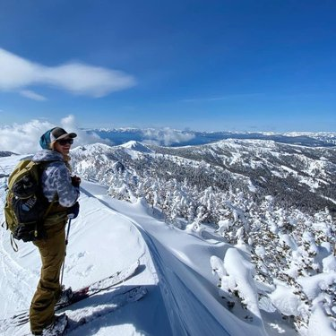Stoke on the summit! Yesterdays adventure was unbelievably good, best dang snow and some decent views 😍 8 hours later I was happy to get my boots off 😂🗻❤ #earnyourturns #powderwhore #dfmi #howtonevada #betherad #keepitwild #tahoebackcountry #staylocal