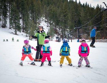 Crianças aprendendo a esquiar são uma das coisas mais fofas do mundo e eu posso provar. . . . diamondpeak travelnevadabr travelnevada #travelnevada #ski #travel #viagem