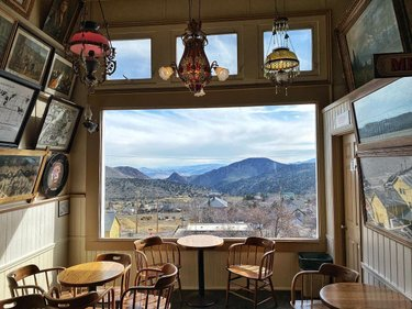Maybe the best window table in a saloon/pub/bar, ever?!?!? What do you think?🤔