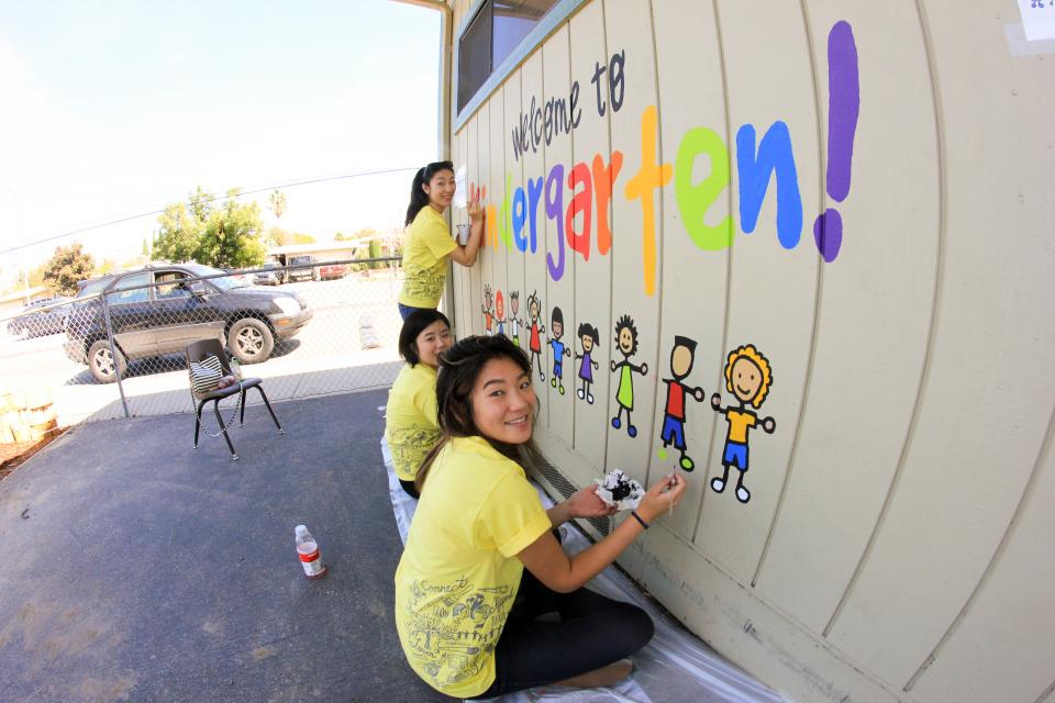 EY professionals volunteer with the United Way in San Jose, California, on EY Connect Day 2015.