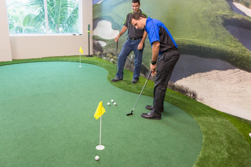 Golf break on indoor putting green